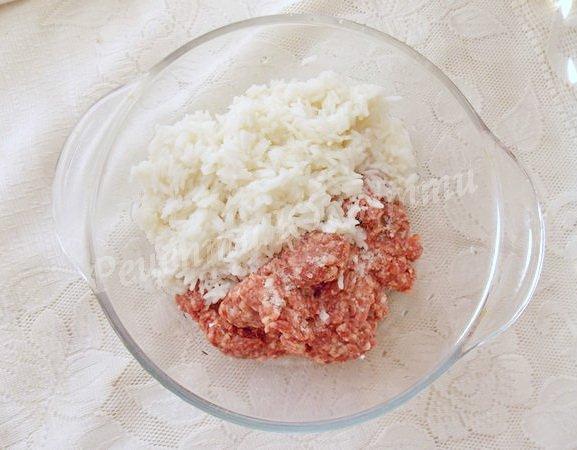 змішуємо рис та фарш