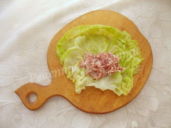 накладаємо начинку на капустяний лист