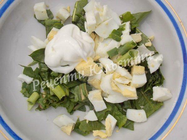 змішуємо яйця, зелень та сметану