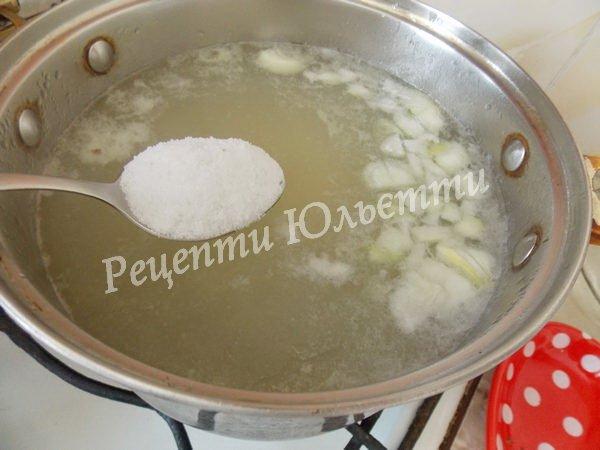 додаємо цибулю та сіль