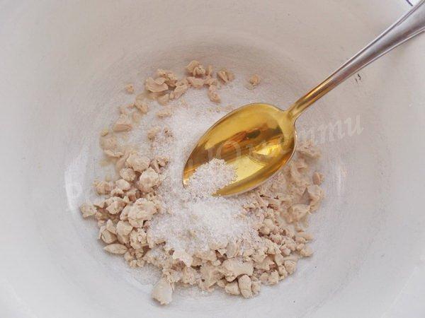 розтираємо дріжджі з цукром