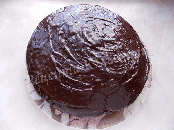 поливаємо торт розтопленим шоколадом