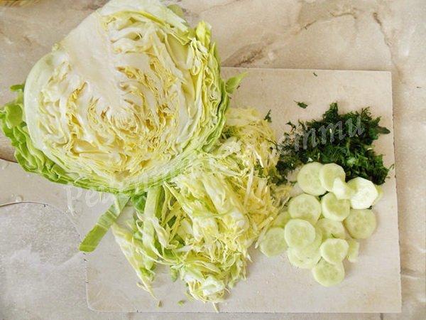 наріжемо капусту, огірки та зелень