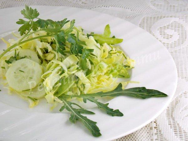салат з молодої капусти