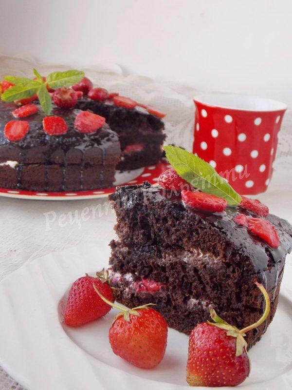 шоколадний торт зі сметанним кремом та ягодами