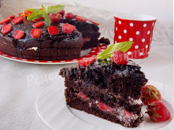 шоколадний торт з полуницею