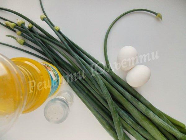 інгредієнти для цибульних стрілок із яйцем