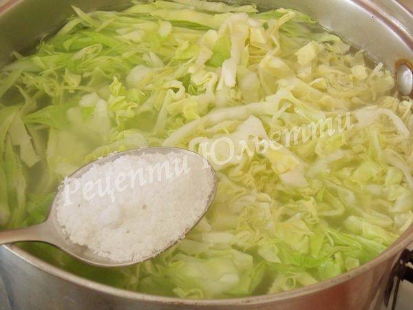 додаємо до борщу капусту та сіль