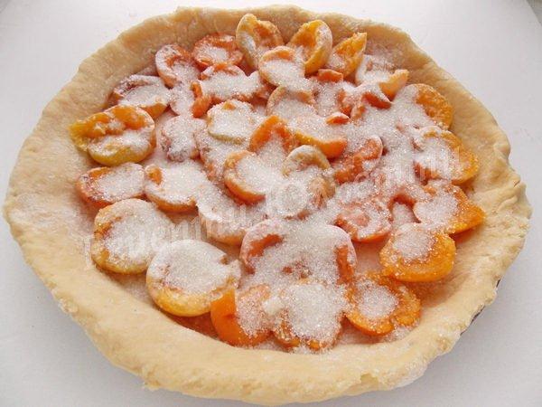 викладаємо абрикоси та посипаємо цукром