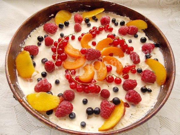 прикрашаємо чізкейк ягодами та фруктами