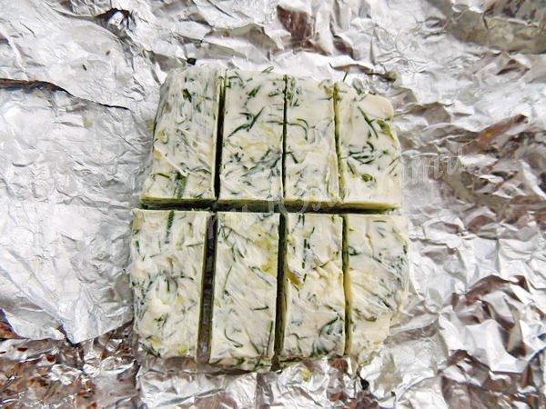 ріжемо заморожене зелене масло шматочками