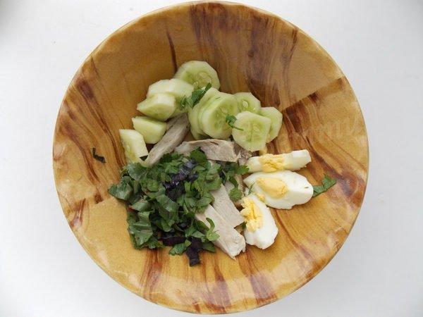 кладемо до тарілки огірок, яйце, подрібнену зелень