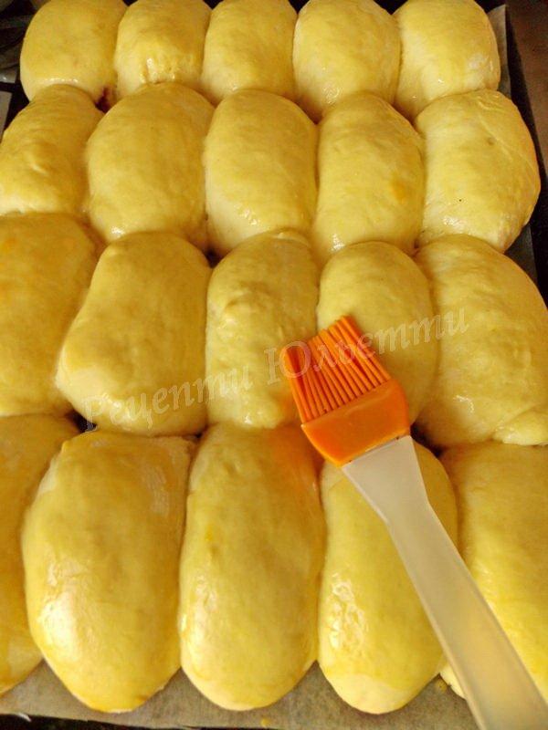 змащуємо пиріжки жовтком