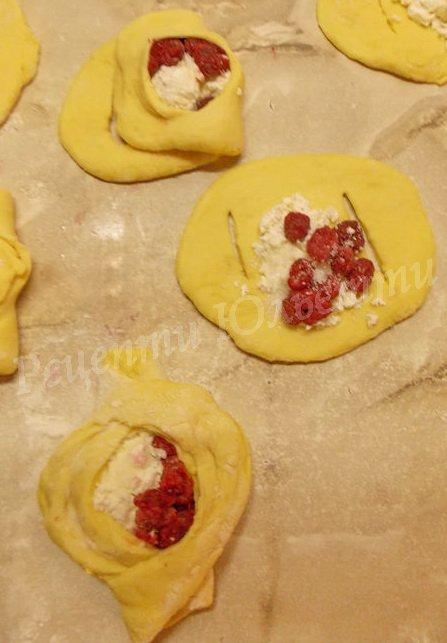 булочки із сирно-ягідною начинкою