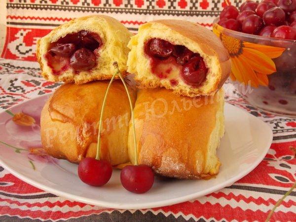 дріжджові пиріжки з вишнями
