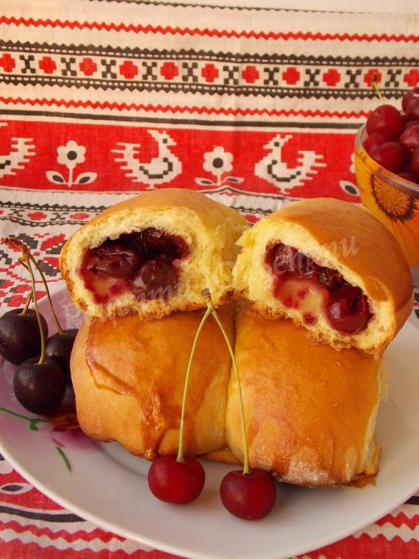 пиріжки зі свіжими вишнями