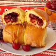 печені пиріжки з вишнями
