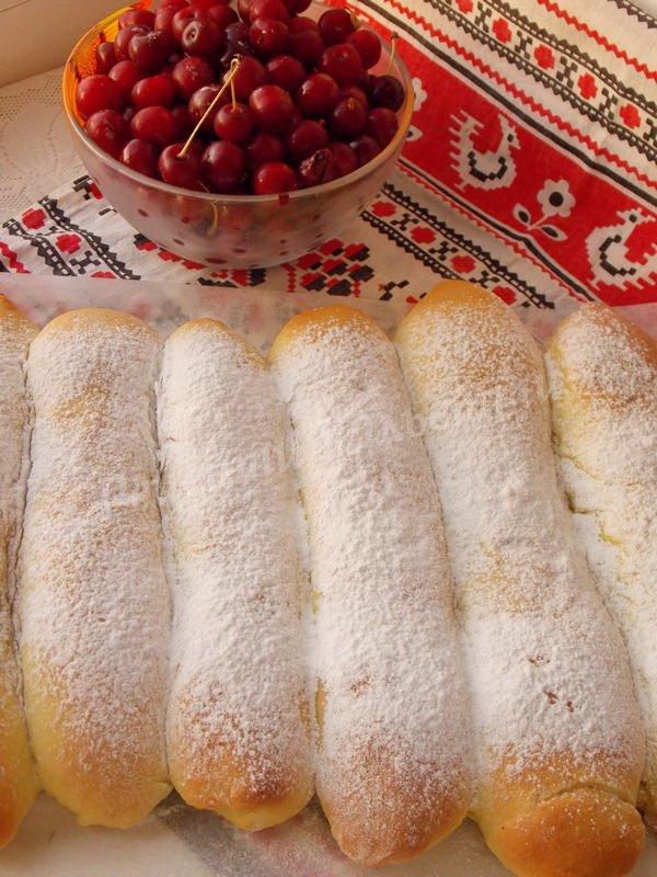 дріжджові булочки з вишнею