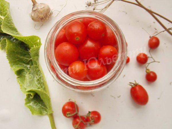 складаємо до банки помідори черрі