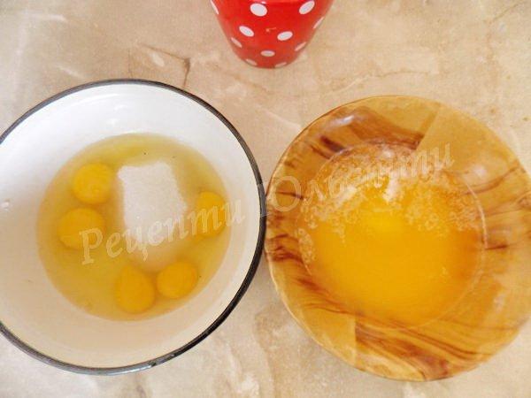розтопити масло та збити яйця із цукром