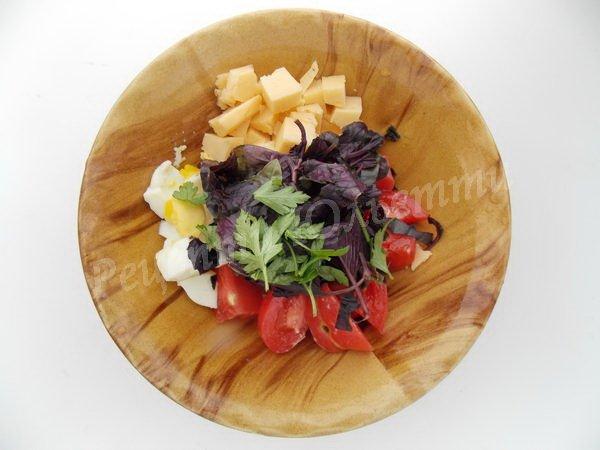 поєднуємо помідори, сир, яйця, зелень