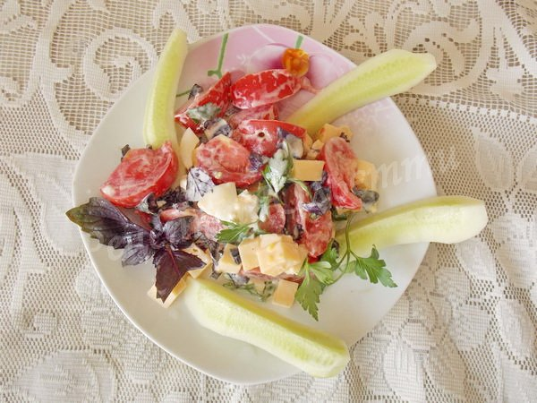 смачний салат з базиліком