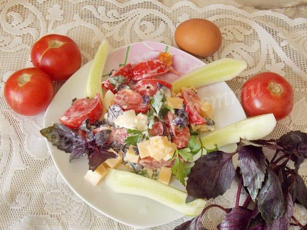 салат з базиліком та помідорами