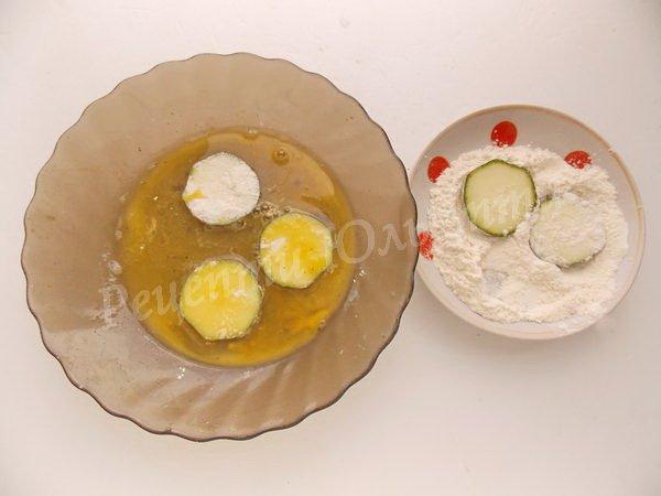 вмочуємо кабачки у борошно та в яйце