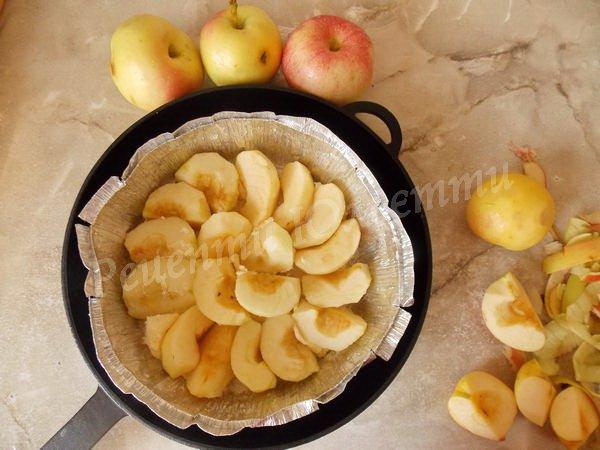 викладаємо яблука до форми