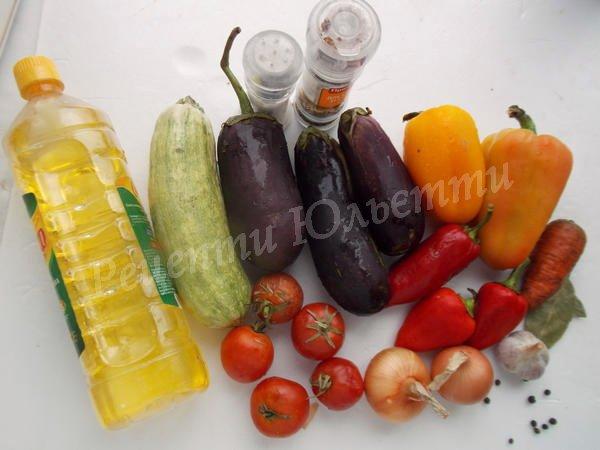 інгредієнти для рагу з баклажанів, перцю та кабачків