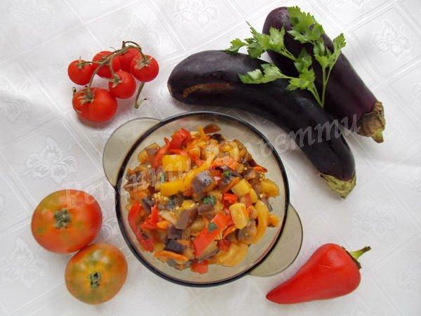 страва з баклажанів, кабачків і перцю