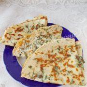 млинці із сиром та зеленню