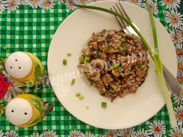 гречку змішуємо із обсмаженими грибами