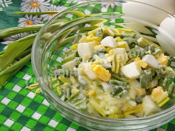 салат з черемші і яєць