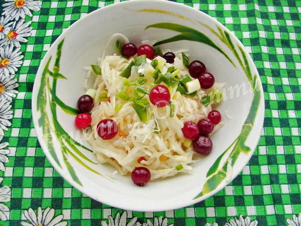 салат з квашеної капусти із журавлиною