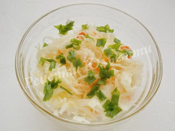 салат з квашеної капусти з цибулею