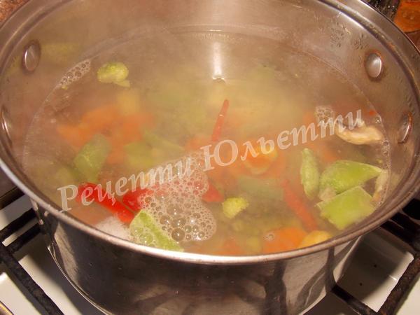 додаємо заморожені овочі