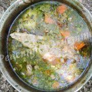 суп із м`ясом на вогні