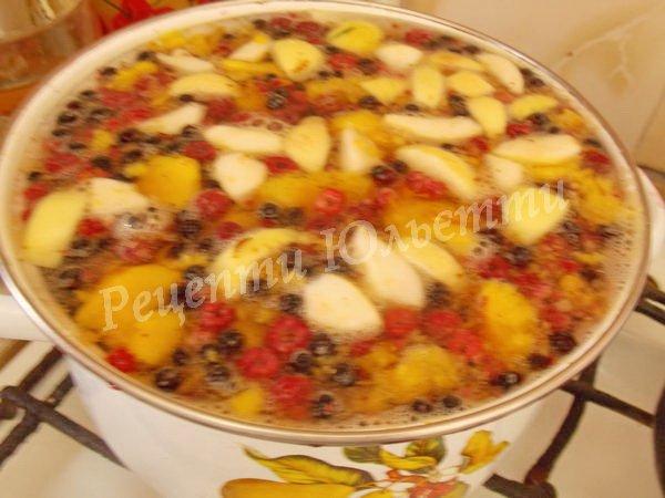 висипаємо до каструлі ягоди та фрукти