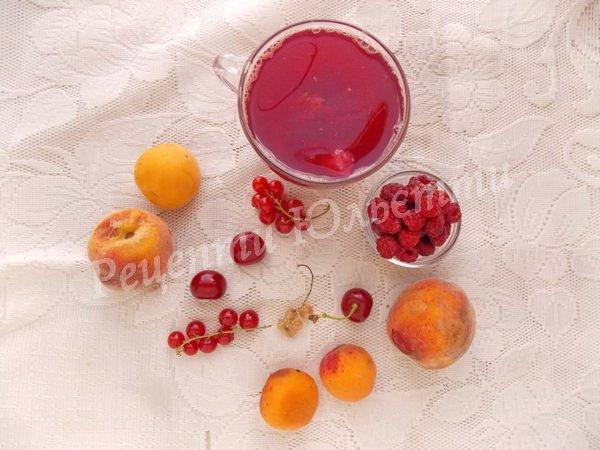 компот з ягід та фруктів