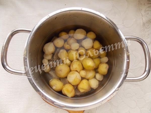 додаємо до м'яса картоплю