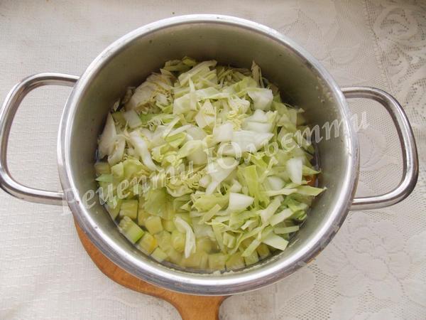 додаємо цибулю та молоду капусту