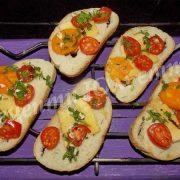 брускетта з помідорами та сиром
