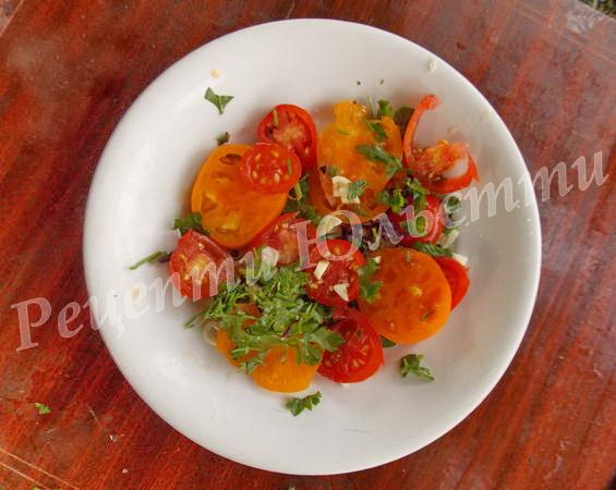 змішуємо помідори з часником
