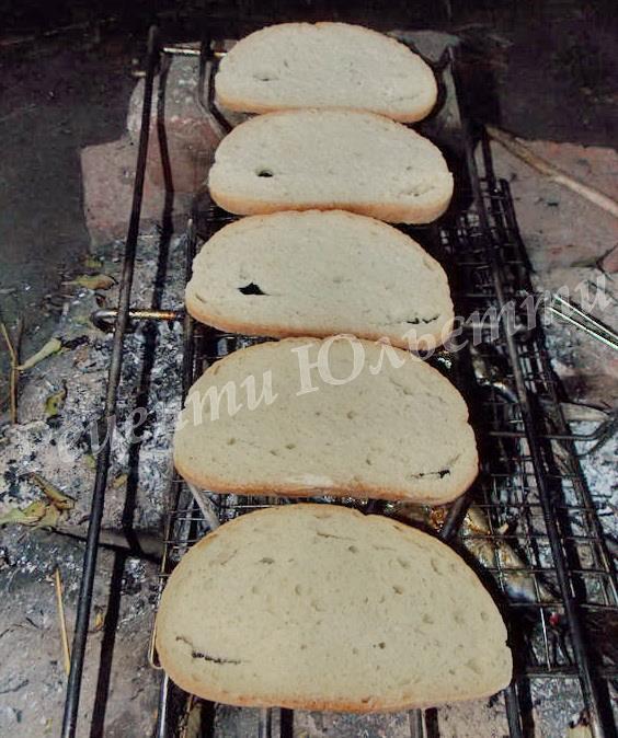 підсушуємо хліб над вогнищем