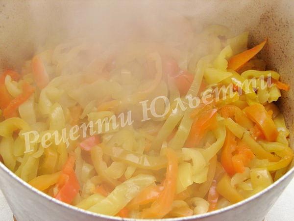 тушкуємо салат з перцю