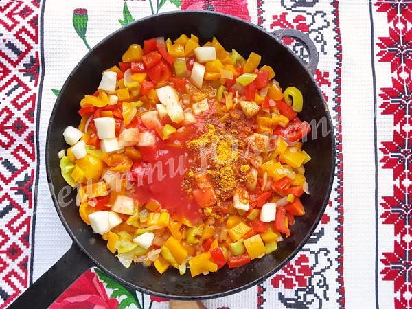 додамо томатну пасту та спеціі