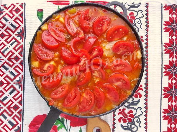 викладаємо на рис помідорні скибочки