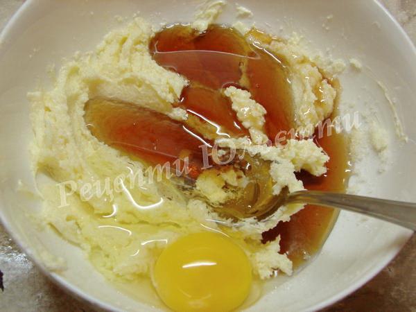 додаємо яйця і сироп