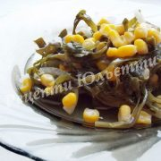 салат з морської капусти з кукурузою